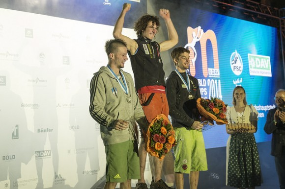Adam Ondra no posto mais alto do podium